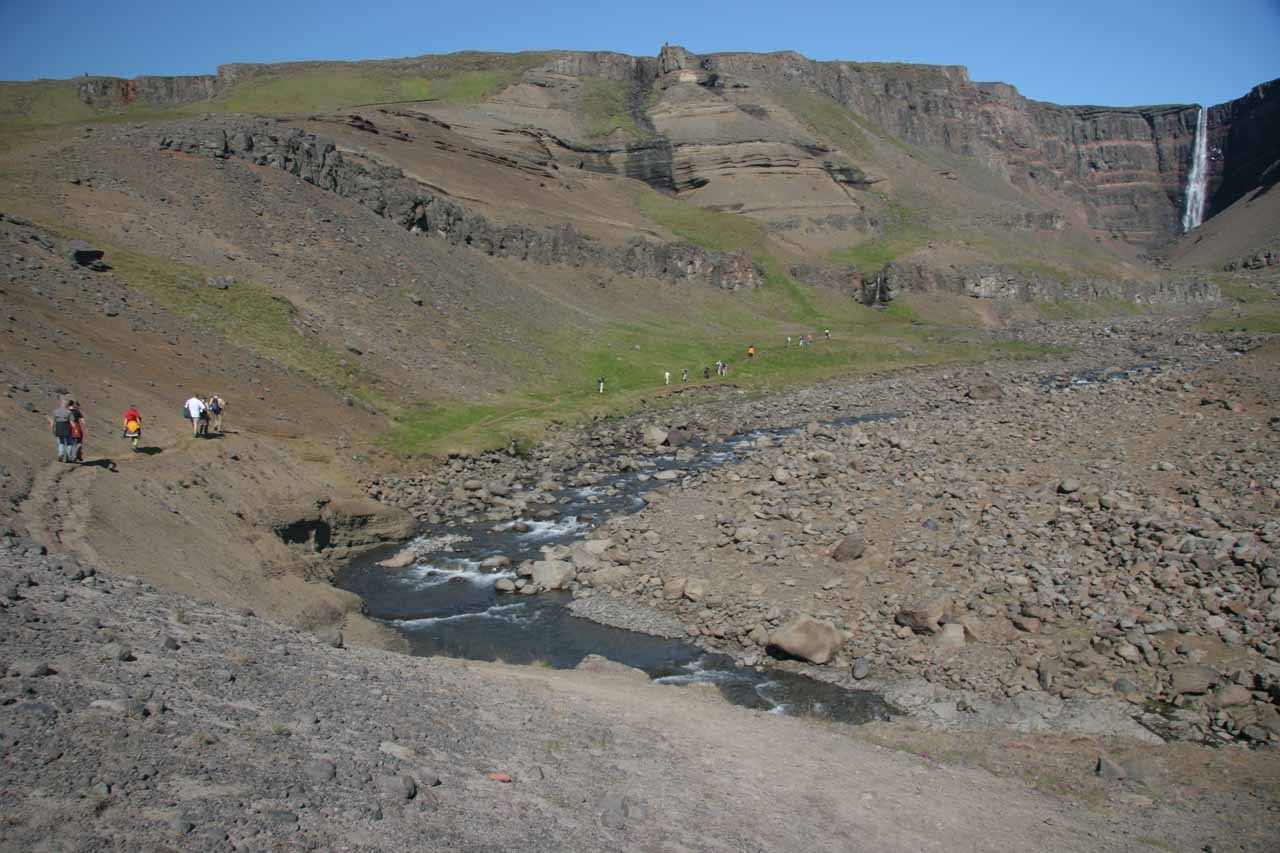 Context of the hikers going the last 1km to the base of Hengifoss