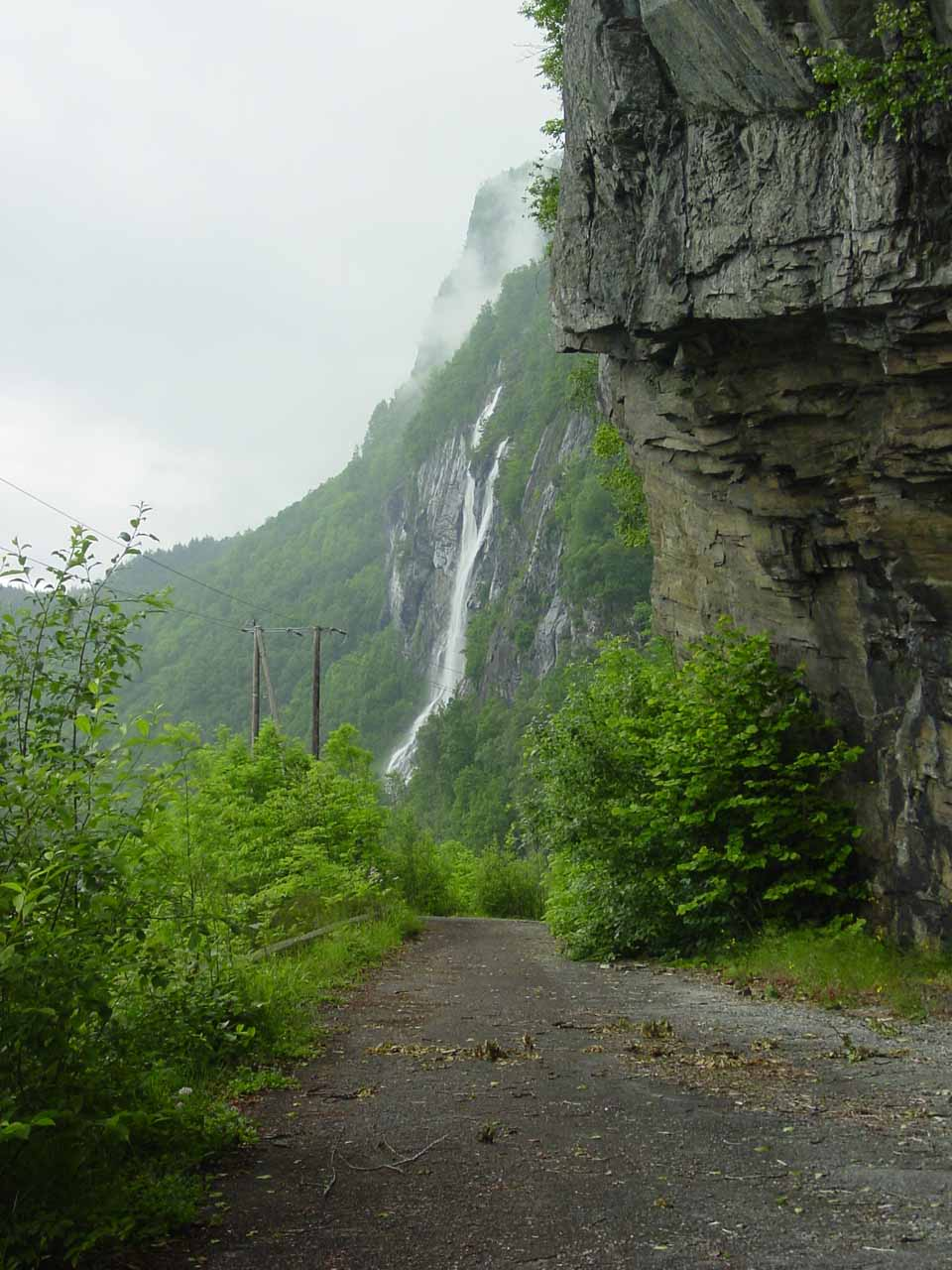 On the other side of the tunnel, we found a small pullout and we then walked the bypass back towards Hongavikfossen