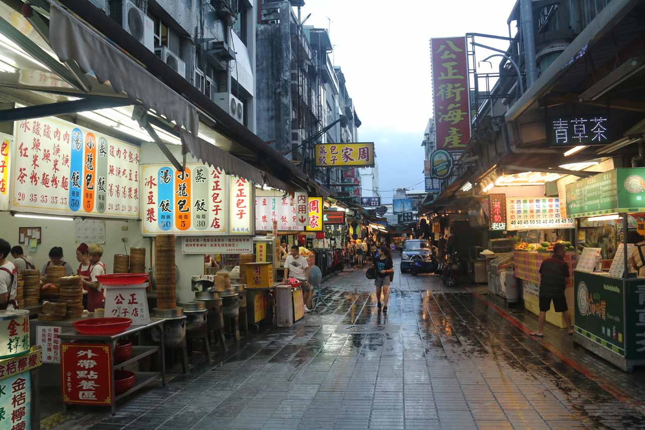 Most towns in Taiwan has a night market, and Hualien was no different. The one shown here was an old school one in the heart of Hualien City's downtown area