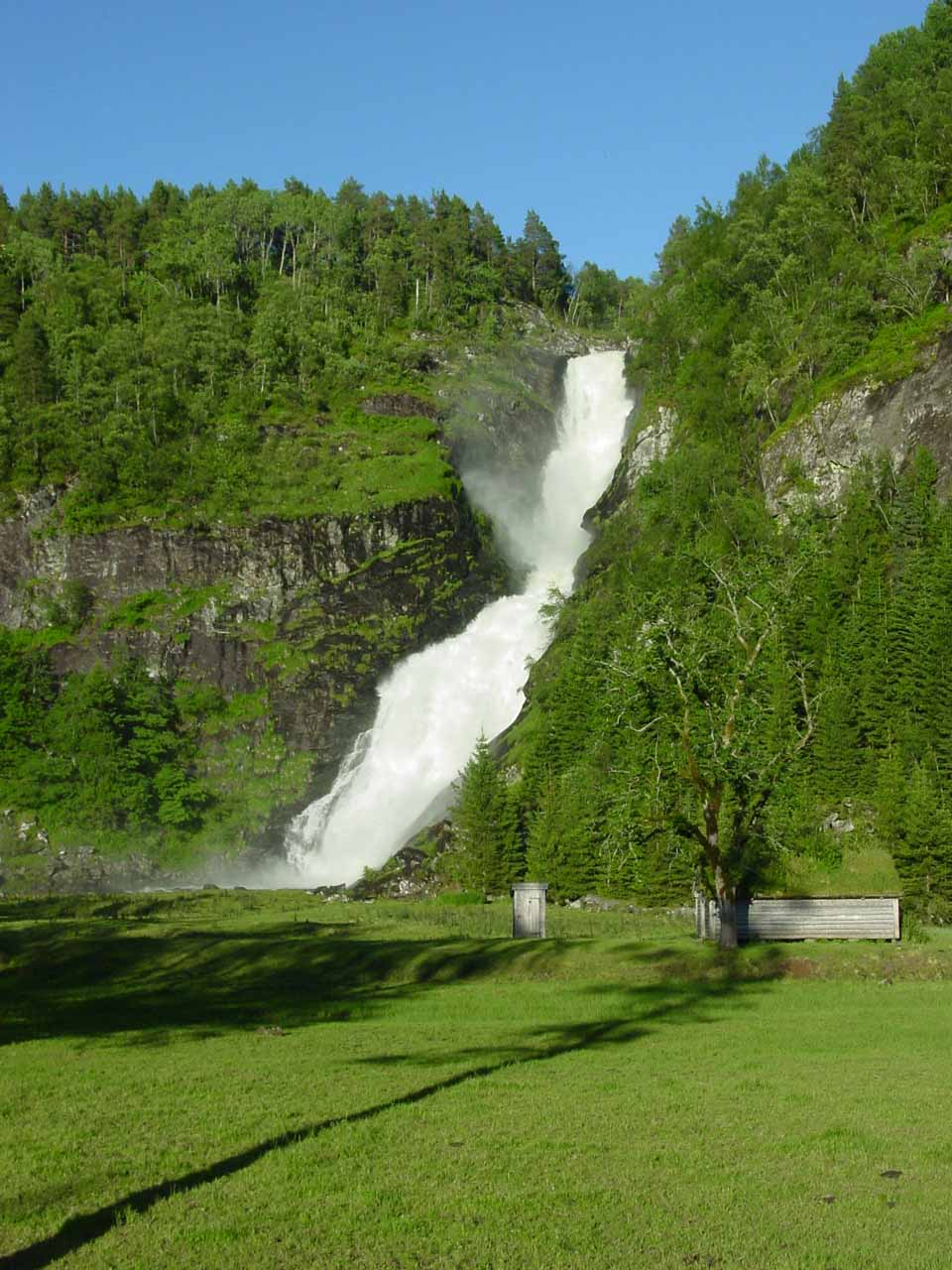 We returned to Huldrefossen later in the afternoon or evening when the lighting was much better