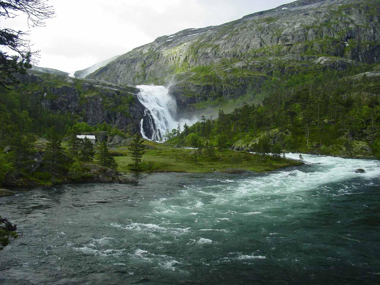 Alongside the Kinso River looking ahead at Nykkjesøyfossen