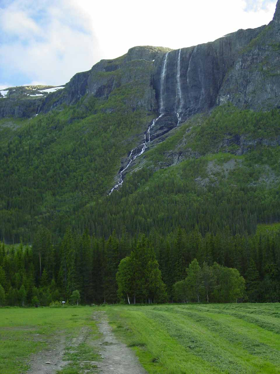 Direct view of Hydnefossen from a field just off the Rv52
