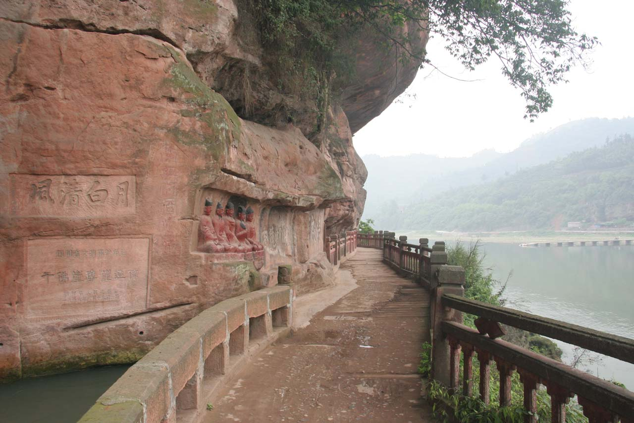 The walking path along the Jiajiang River at Qianfoyan