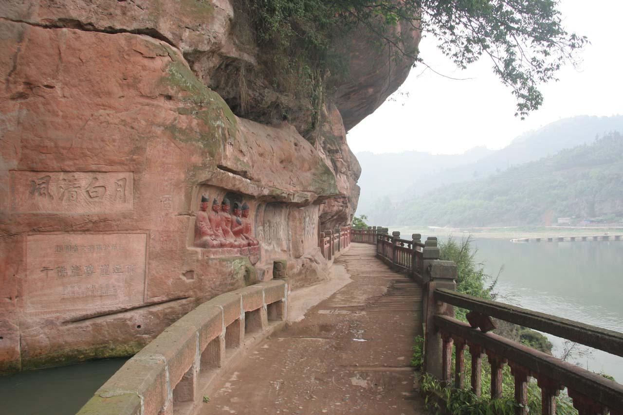 The walking path along the Jiajiang River at Qianfoyan
