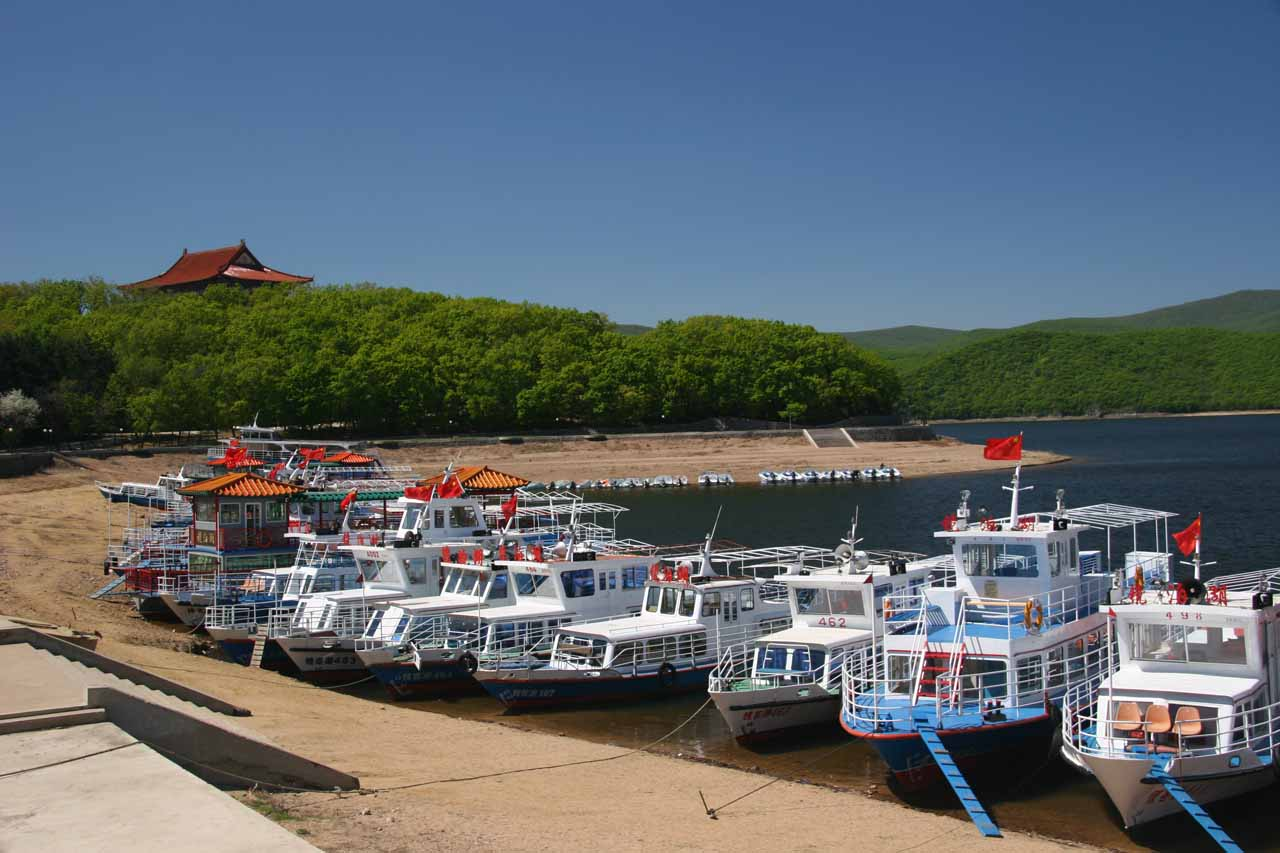 Boats lined up at the Jingo Hu