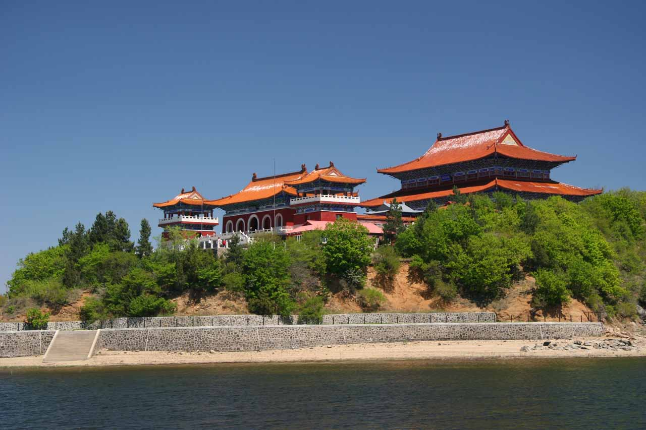 While on a boat tour, we took a look at the palaces of the Jingpo Hu, which was very close to the Diaoshuilou Waterfall