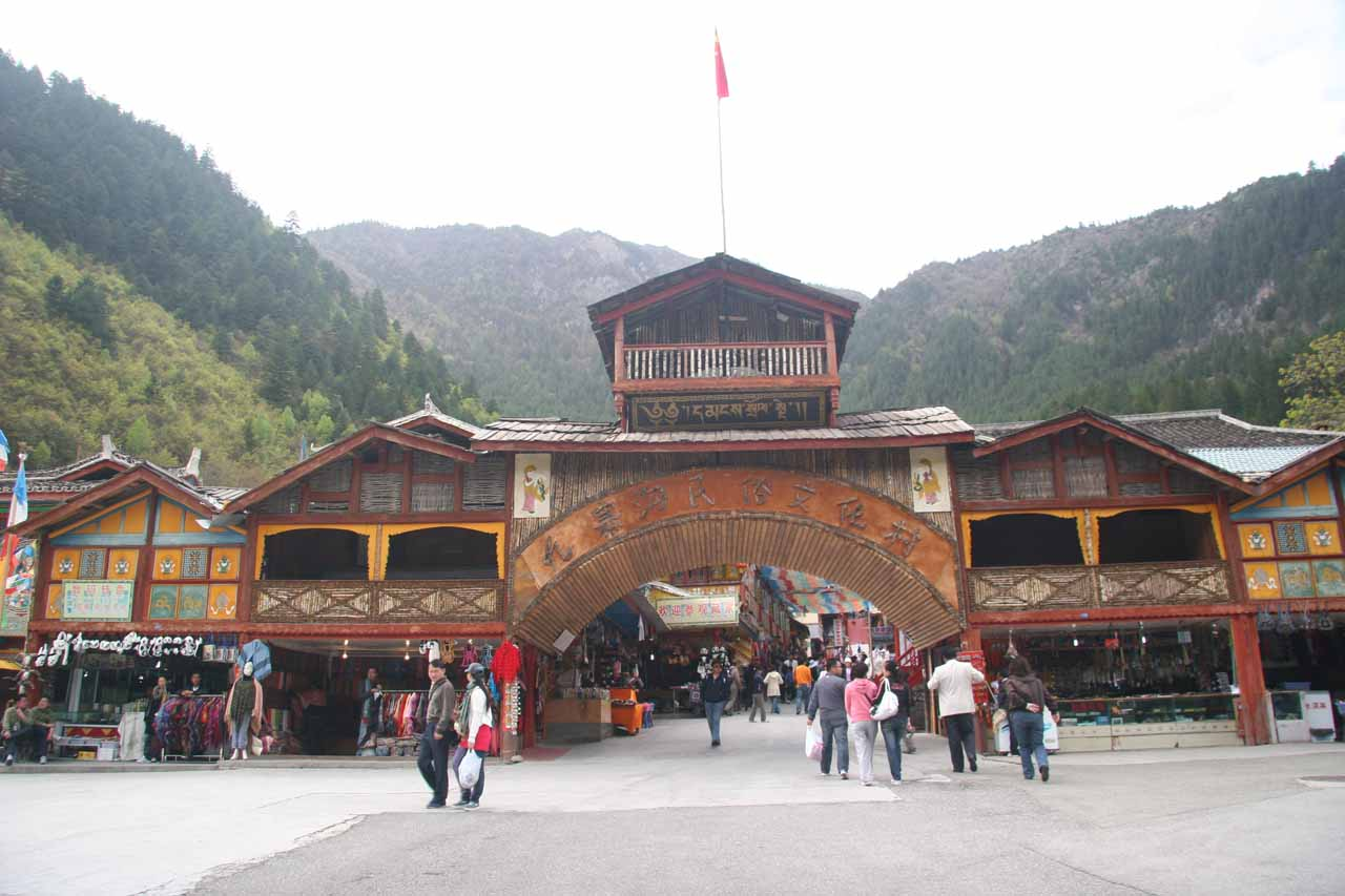 Frontal look at the entrance to the Tibetan Shuzheng Village