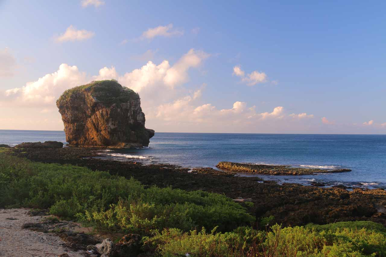 On the morning of our visit to the Kayoufeng Waterfall, we drive further south from Kenting towards the Eluanbi Lighthouse, but noticed the attractive Sail Rock along the way