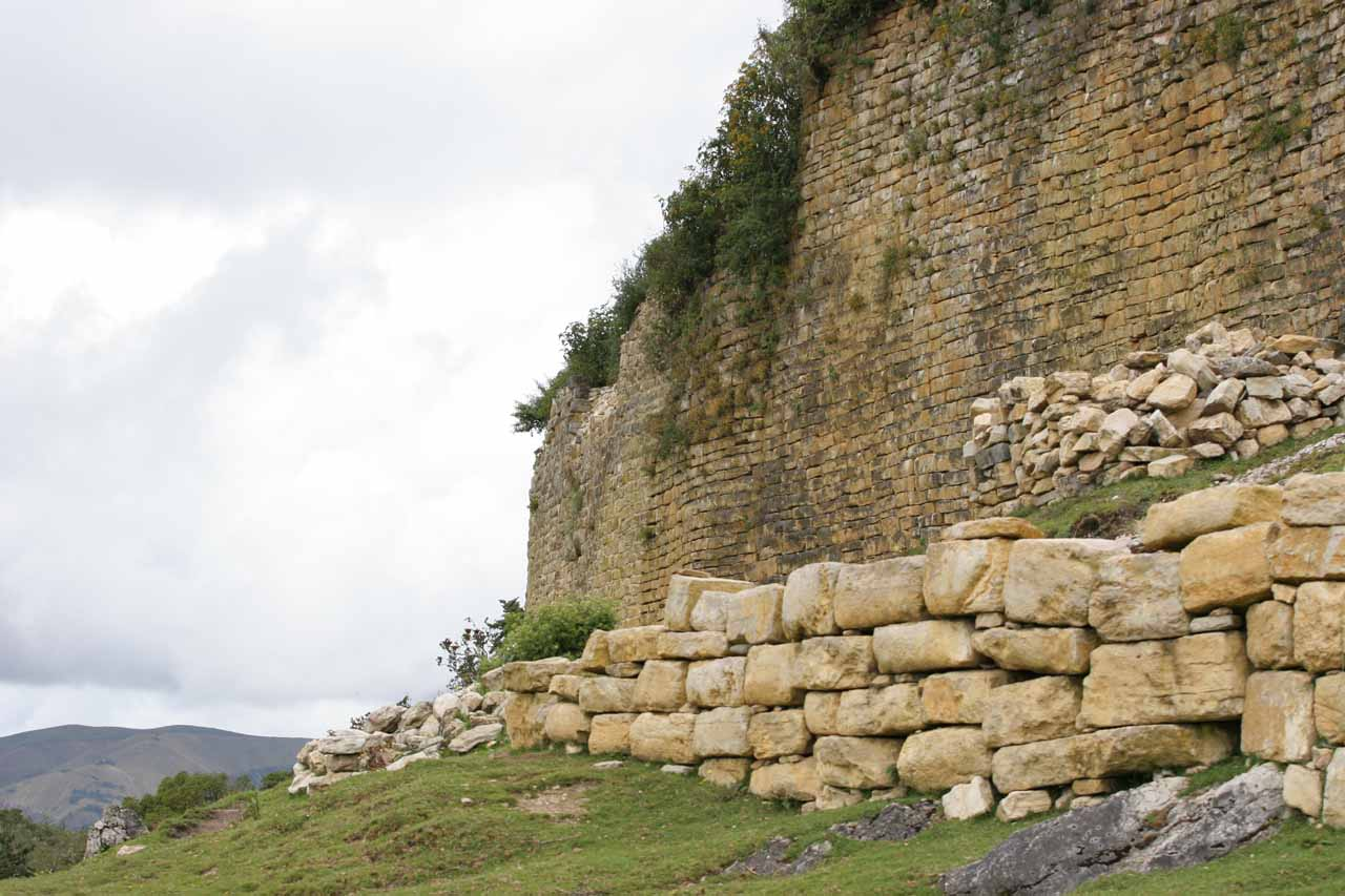Looking along the ancient walls of Kuelap