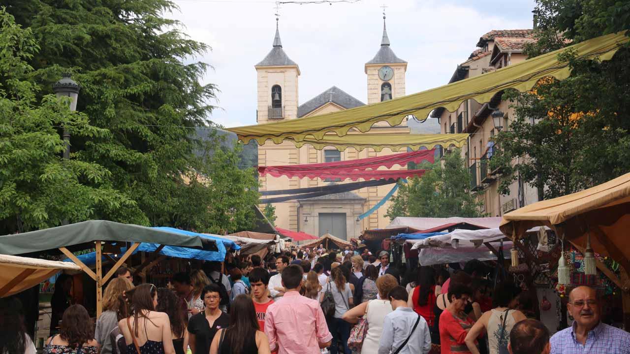 Last look back at the busy Calle de la Reina during the Mercado Barroco in La Granja
