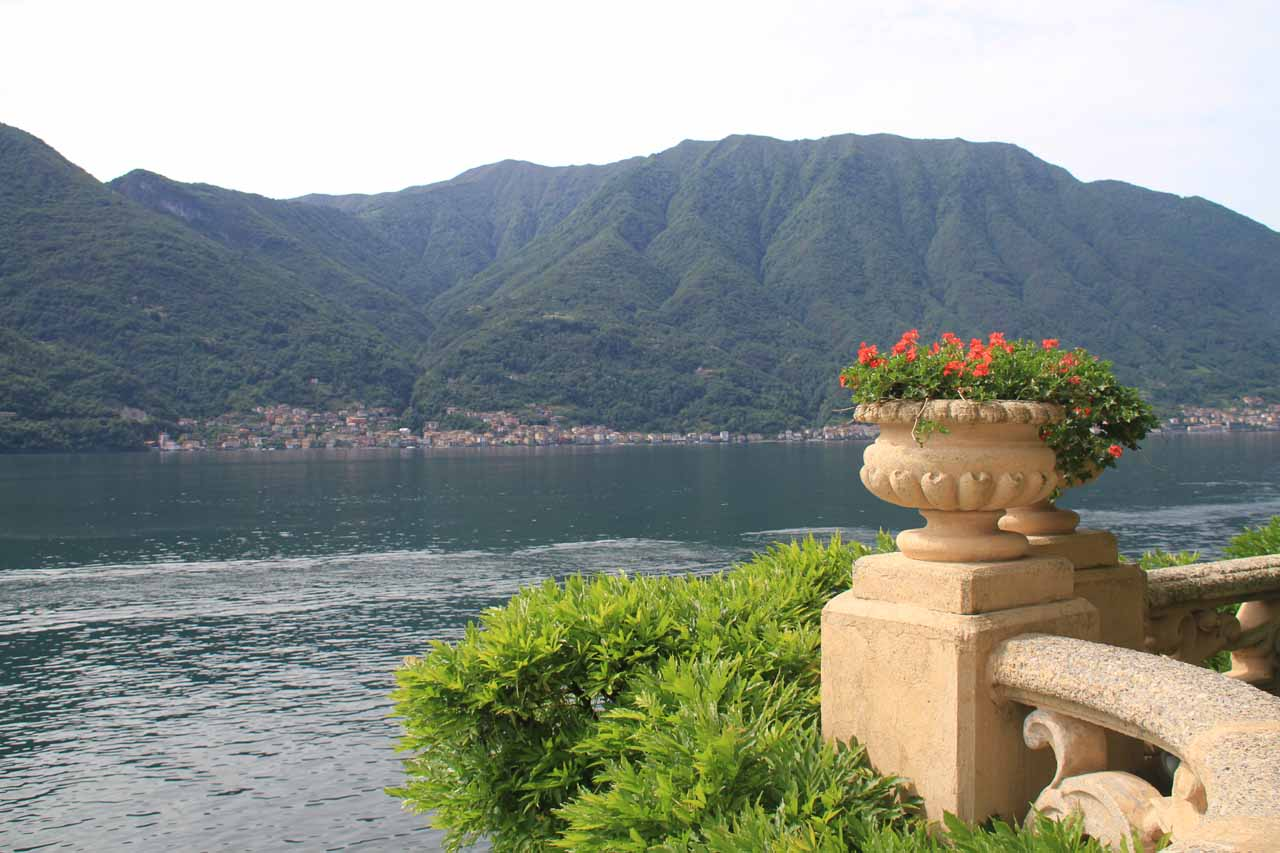 The trick with this villa was that they put statues and flowered pots on the fancy railings complemented by nice views of Lake Como