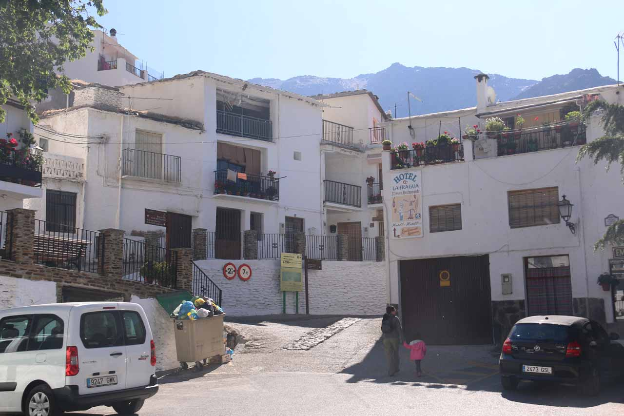 Meandering about the Barrio Alto looking for a place for Tahia to use the facilities