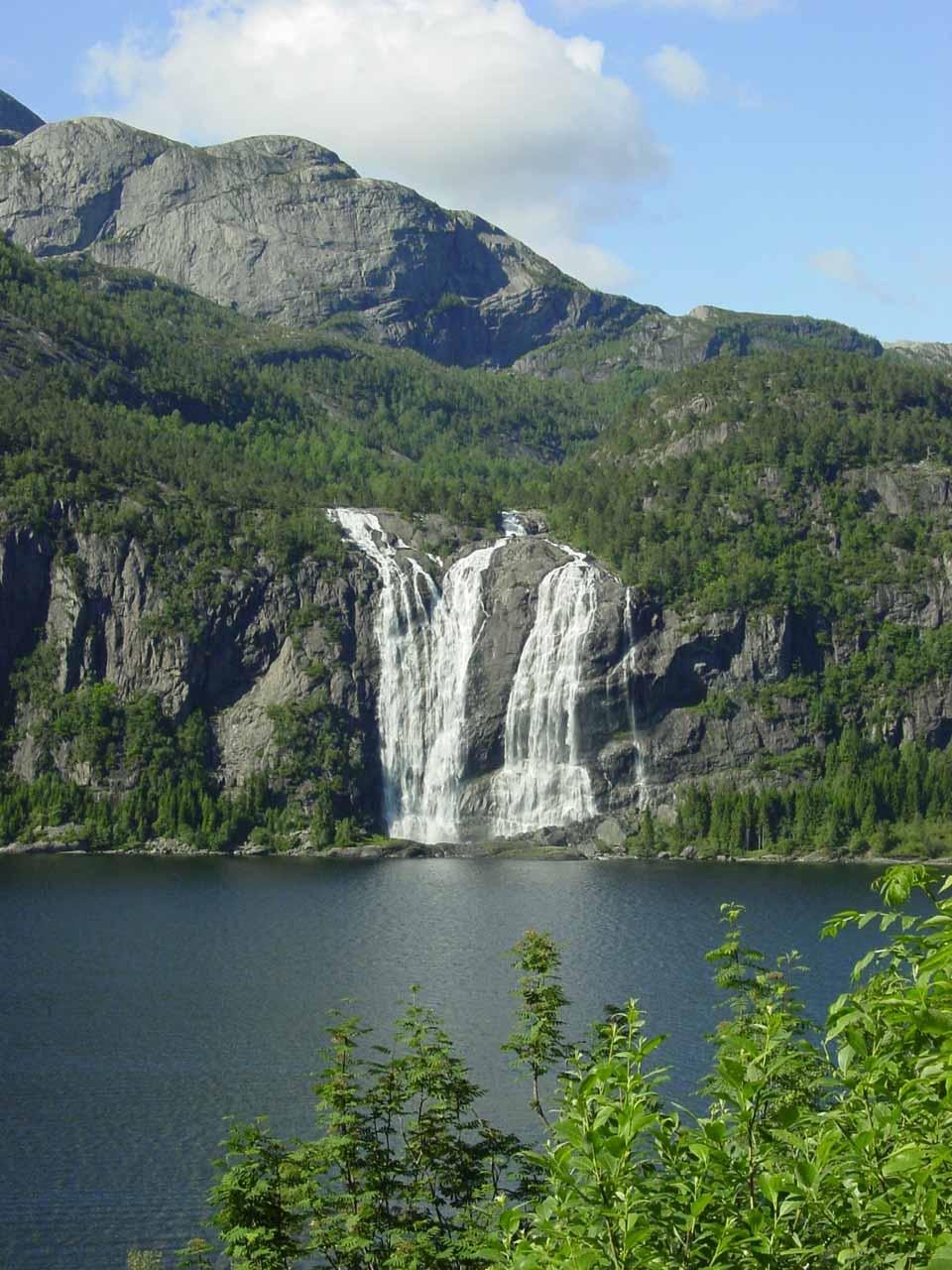 Direct view of Laukelandsfossen seen across Dalsfjorden