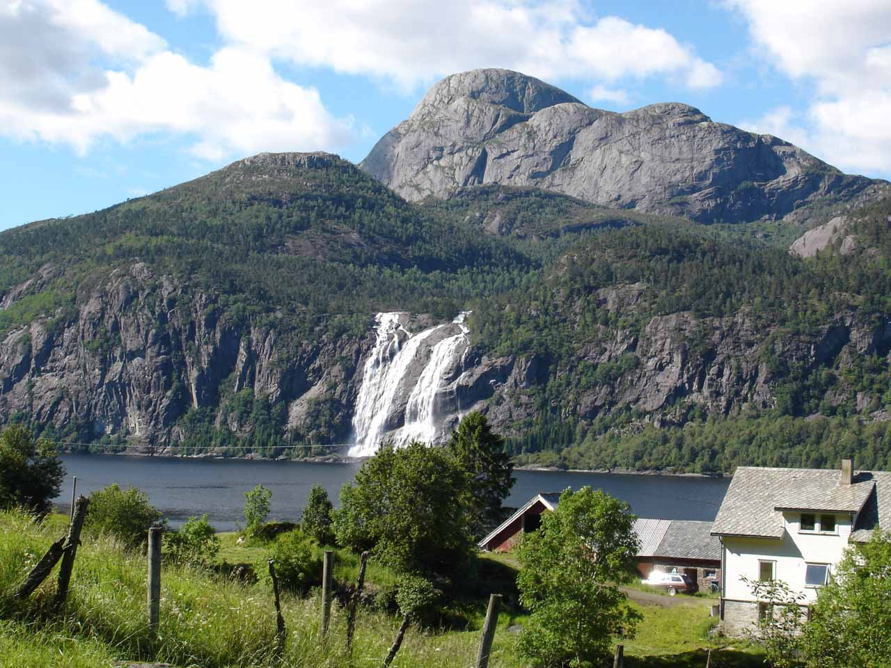 Another attractive waterfall in Waterfall Country was Laukelandsfossen on the Dalsfjord west of Førde