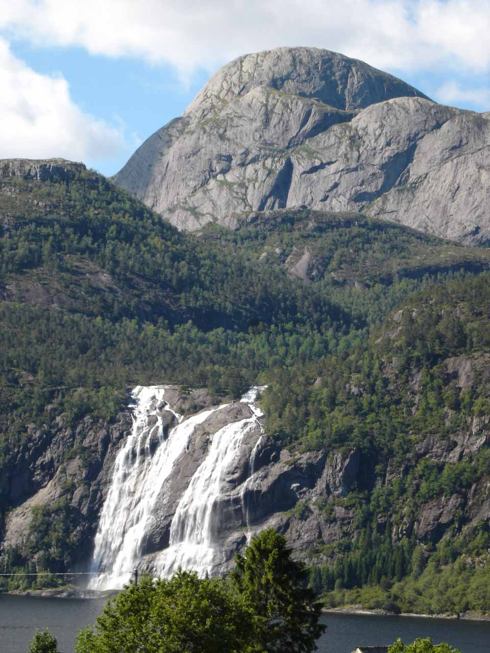 Last look back at Laukelandsfossen and Laukelandshesten as we made our way back to the E39