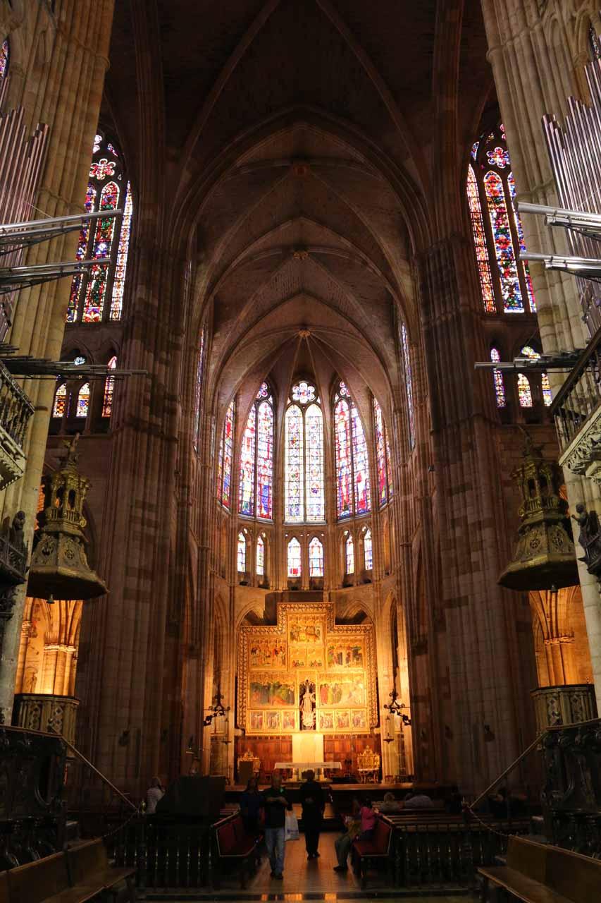 Closer look at the main altar of the Catedral de Santa Maria in Leon