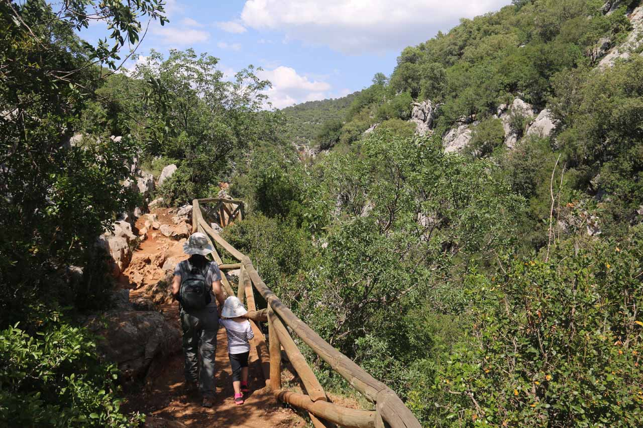 Julie and Tahia on the gorge-hugging trail to Cascada de Linarejos