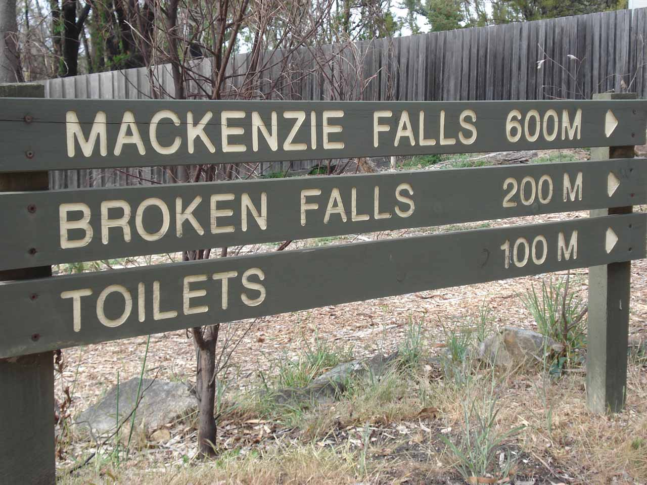 Sign at the start of the walk to the base of the MacKenzie Falls.  Note the Broken Falls track was closed during our visit
