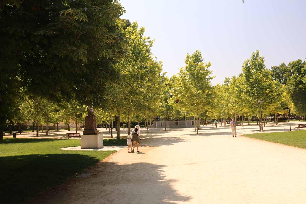 Julie and Tahia checking out the very big Retiro Park