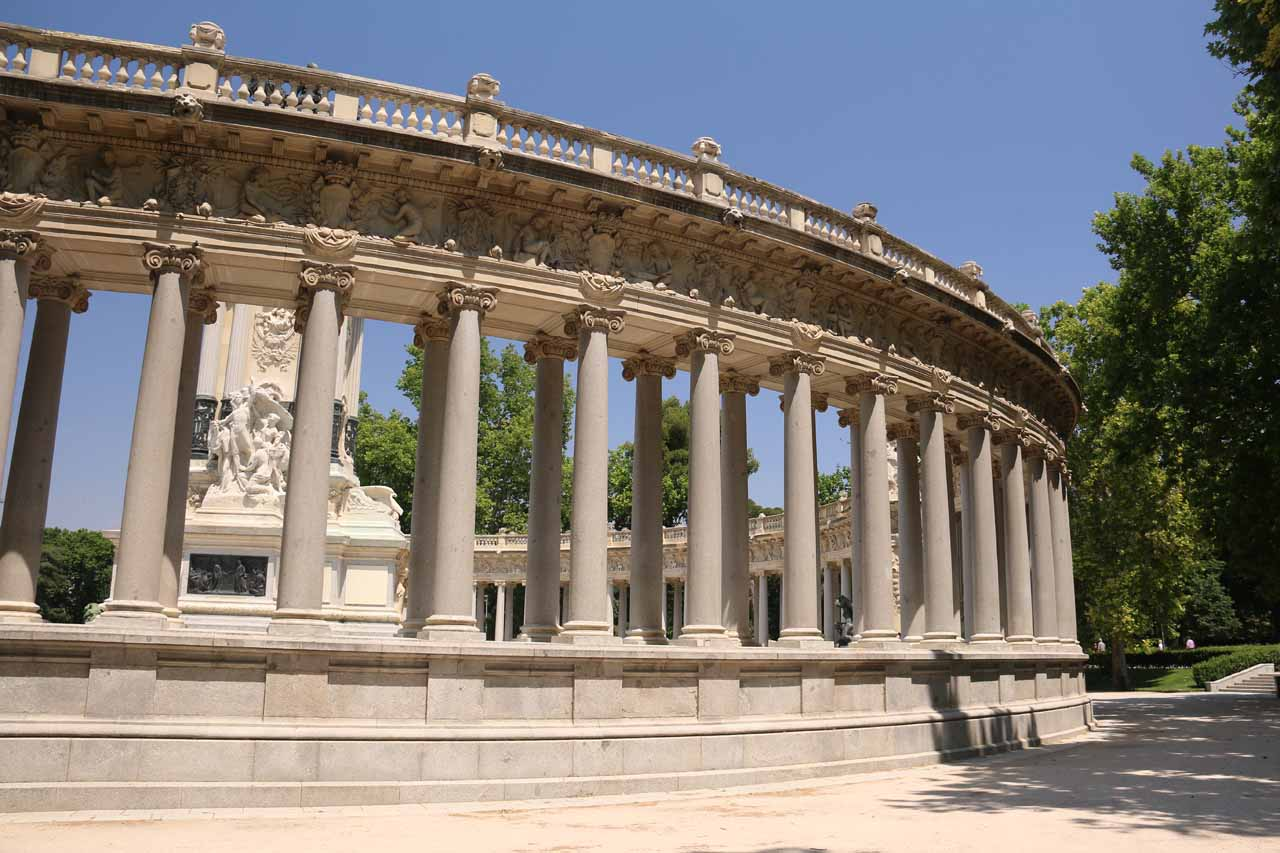The back side of the semi-circular Monumento Alfonso XII
