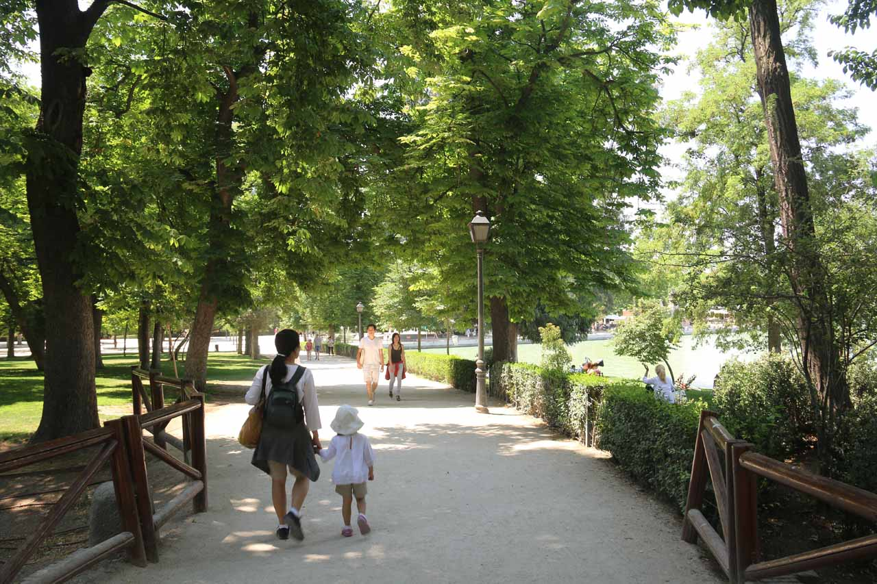 Julie and Tahia trying to find a spot in Retiro Park for a relaxing lunch