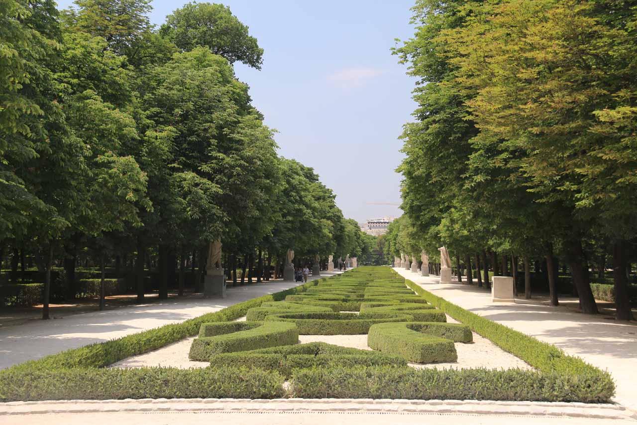 Looking towards some kind of hedge pattern along a long walkway in Retiro Park