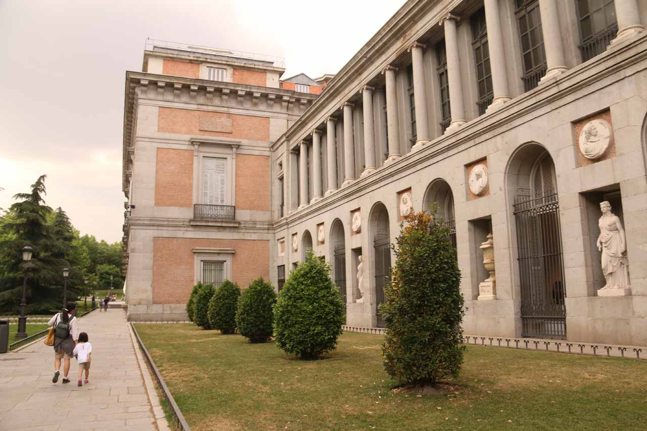 Walking along the Museo del Prado looking for its entrance