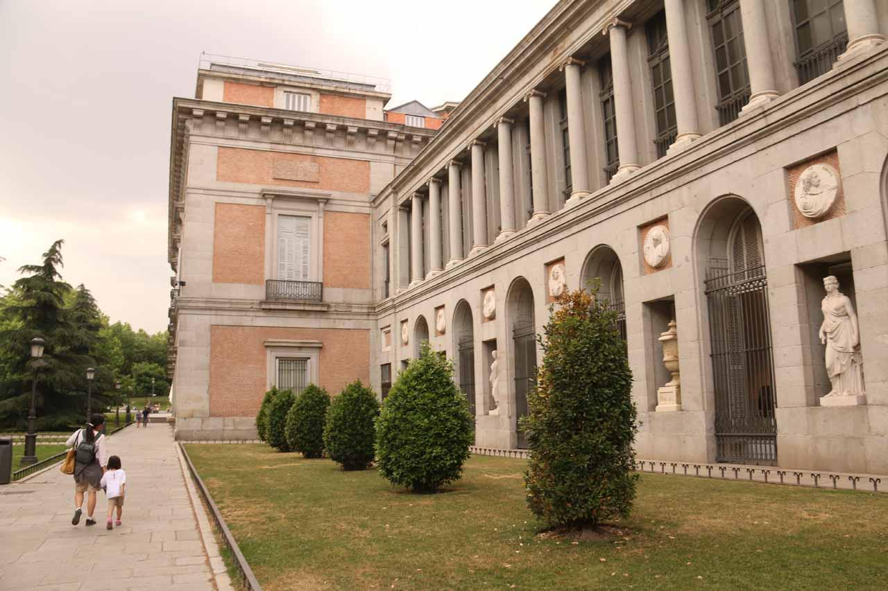 Walking along the Museo del Prado looking for its entrance