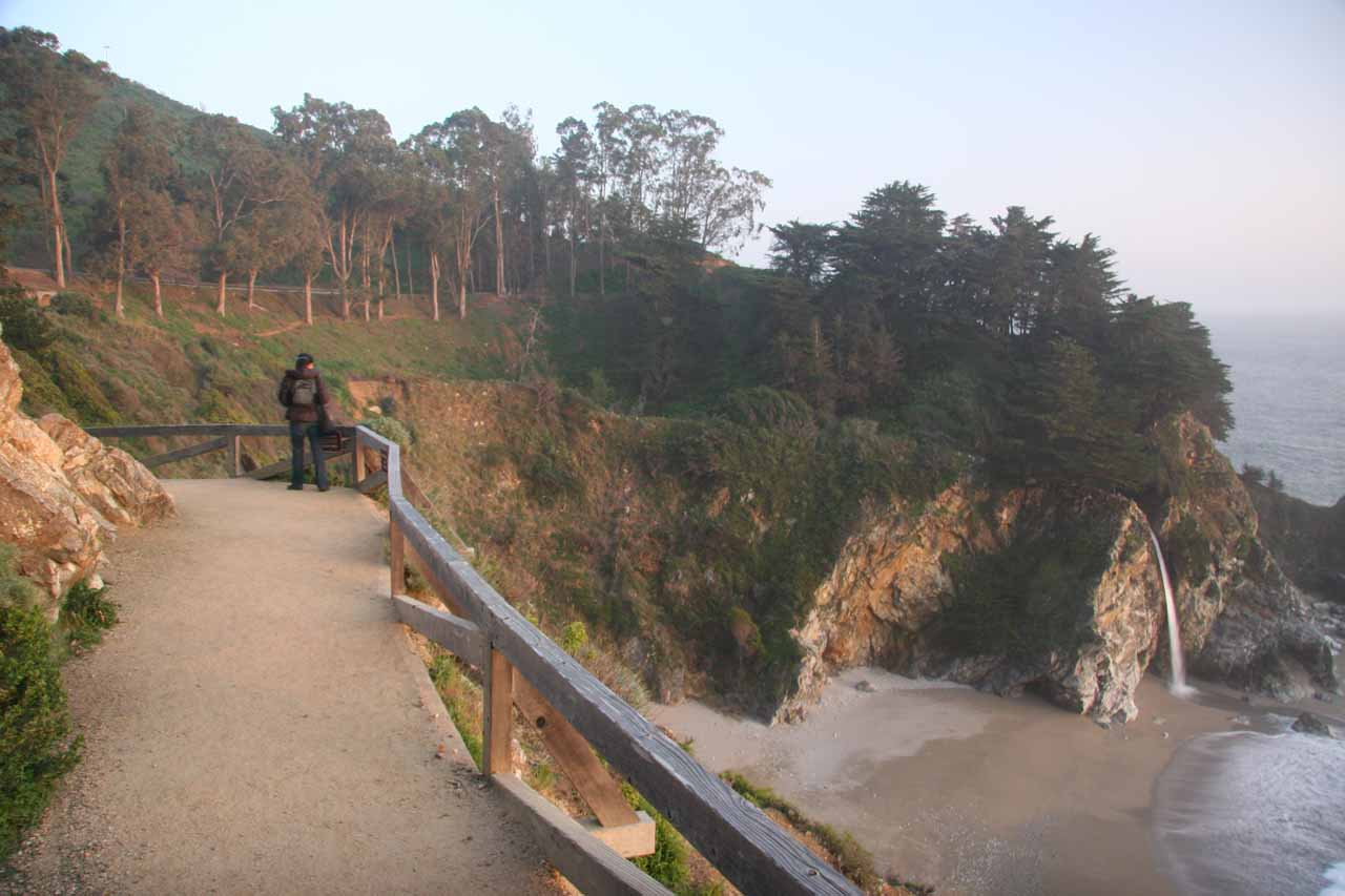 Contextual view of the walkway and the falls