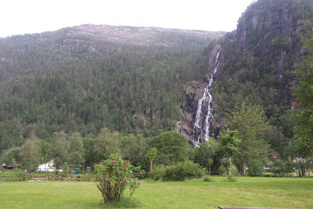 Mo_I_Modalen_057_06272019 - Context of Kvernhusfossen seen from the public area in the town of Mo i Modalen
