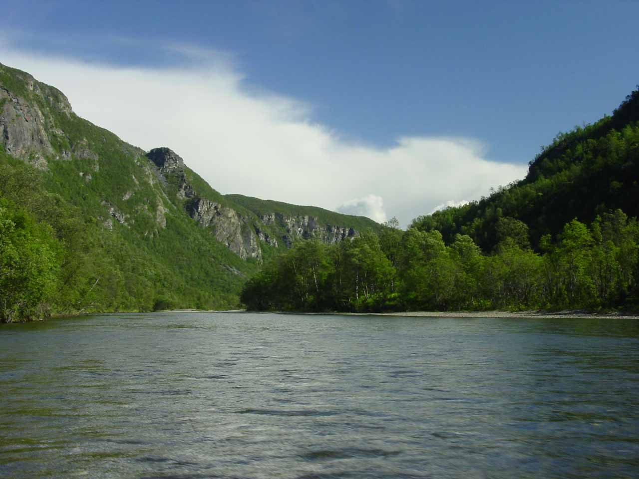 The valley walls started to close in the further upstream we went on the Reisaelva River