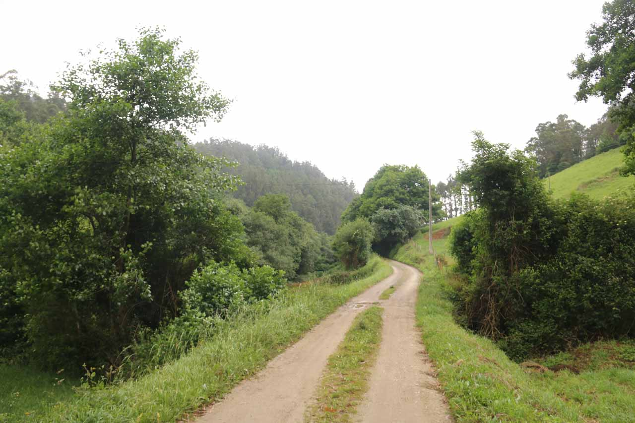 Unsealed road leading to the start of Salto do Coro