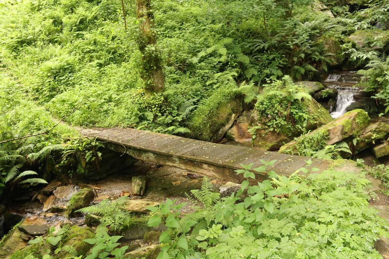 Crossing a bridge over the stream responsible for Salto do Coro