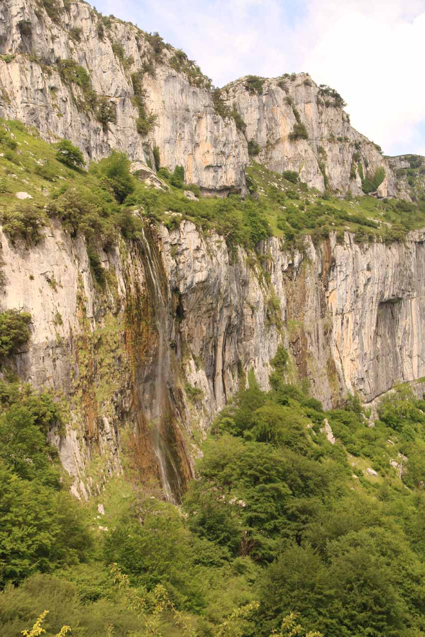 Direct look at just the Nacimiento del Río Asón and the picturesque cliffs framing it