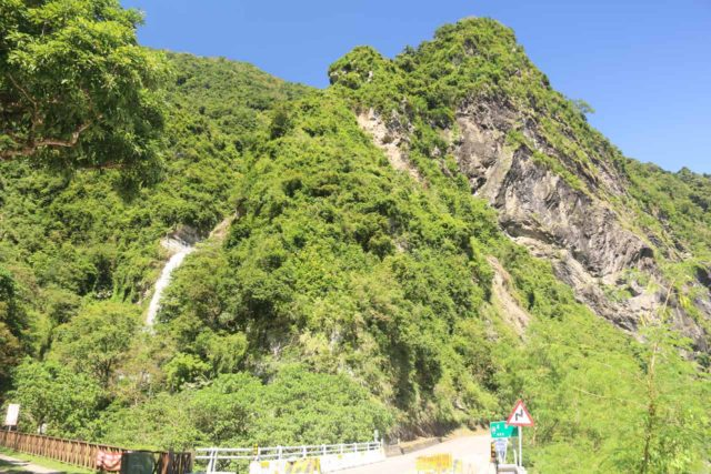 Nanan_Waterfall_014_10272016 - Context of the Nanan Waterfall and a road closure (where that road went up towards the summit of Yushan or 'Jade Mountain')