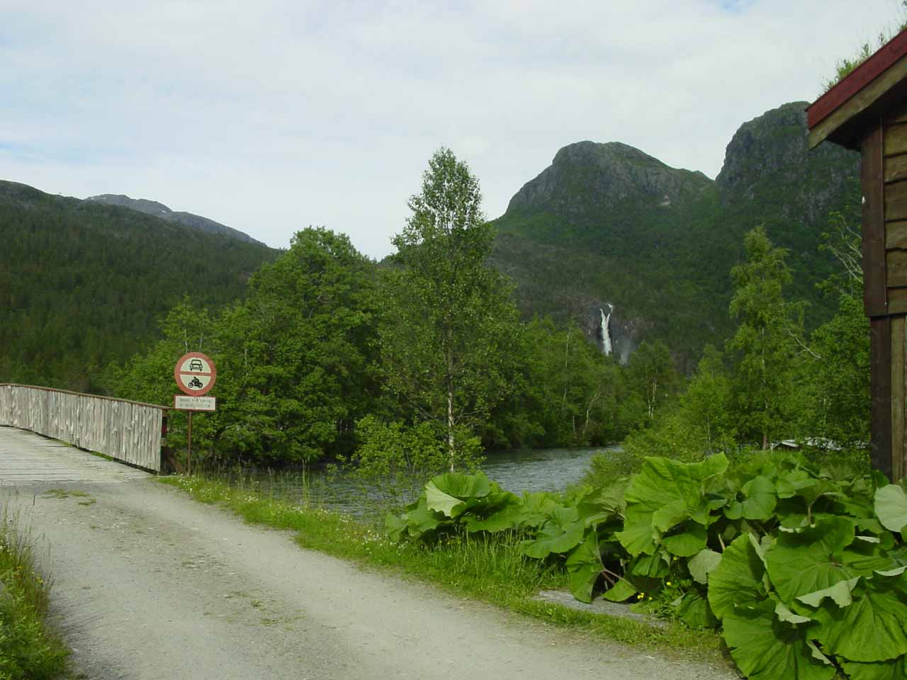 After getting out of the car, I walked towards the bridge over Toåa to continue on the hike to get closer to Nauståfossen
