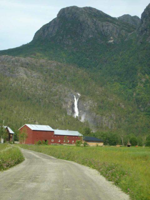 Naustafossen_002_jx_07032005 - Approaching the hamlet of Kårvatn backed by the beautiful Nauståfossen as seen back in July 2005