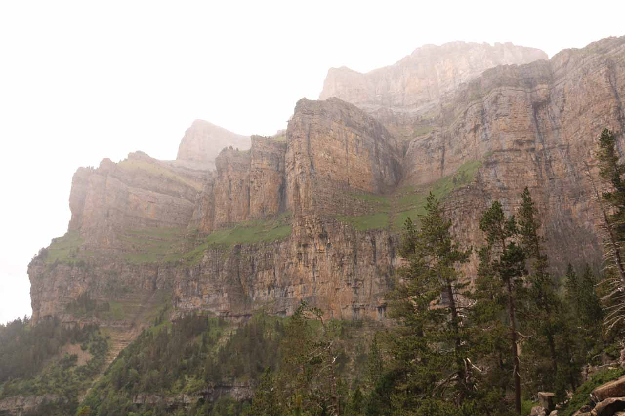 The impressive cliffs of the Faja Racón, Faja Blanquera, and the peaks of Punta Gallinero from the path near the Faja Petazals
