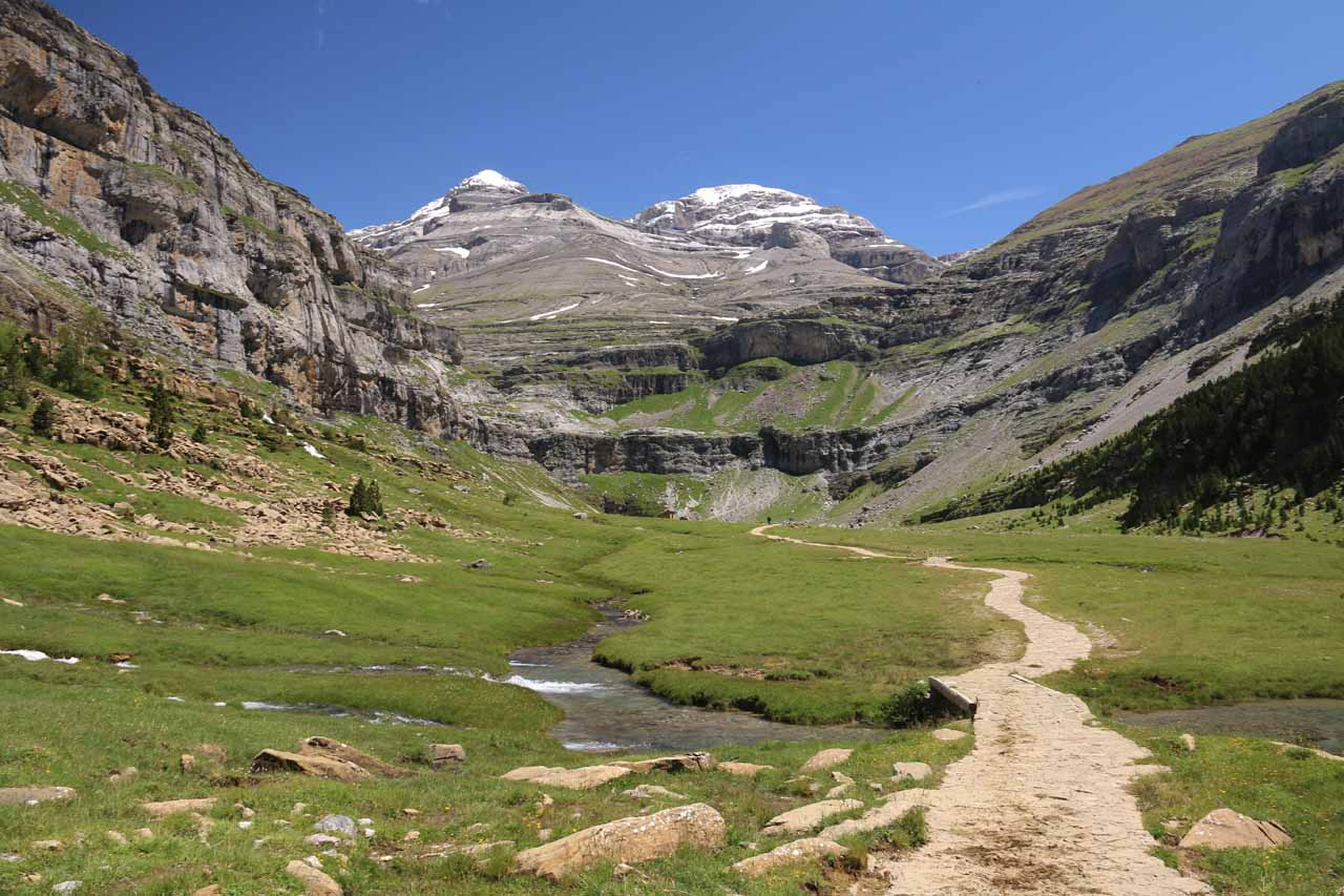 Approaching the picturesque Circo de Soaso
