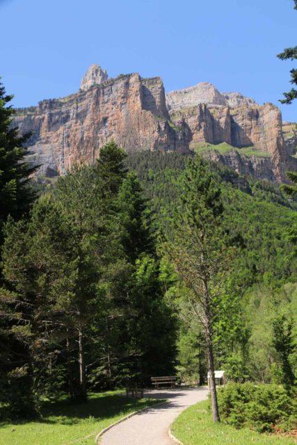 Ordesa_895_06172015 - Context of the trail through the Ordesa Valley along the Río Arazas while backed by the gorgeous cliffs of the Faja Racón, Circo de Carriata, and Clavijas de Cotatuero