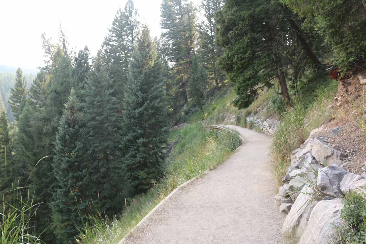 The well-maintained and wide trail initially skirted along the canyon rim