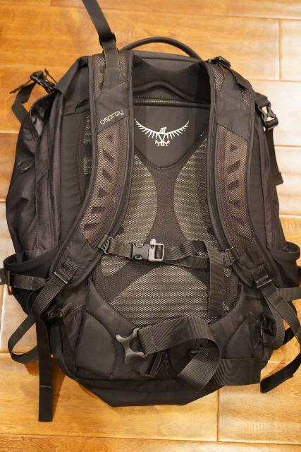 Looking at the straps and especially the hip belt of the Osprey Ozone 46. Note that the hip belt is missing a zippered pocket