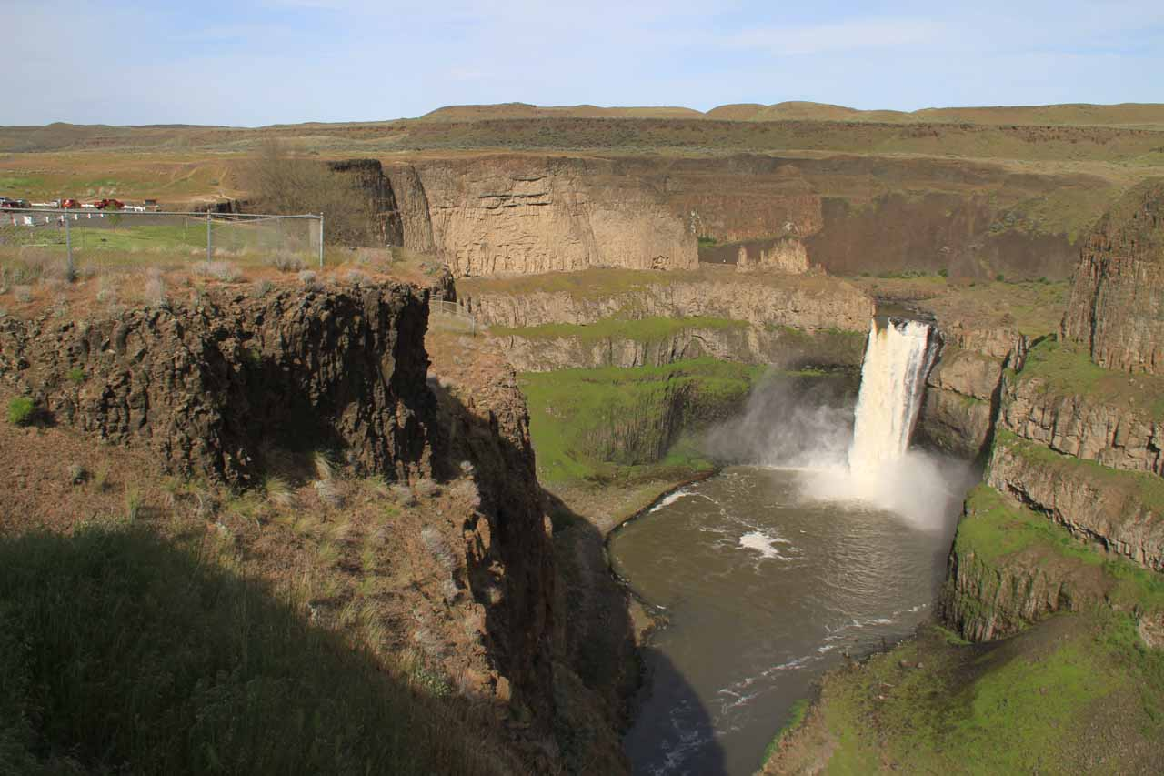 Fully contextual view of Palouse Falls and car park from the Fryxell Overlook