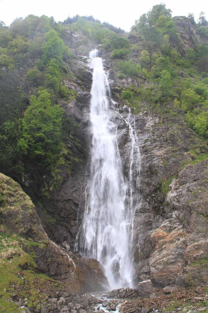 Direct frontal view of Cascata di Parcines