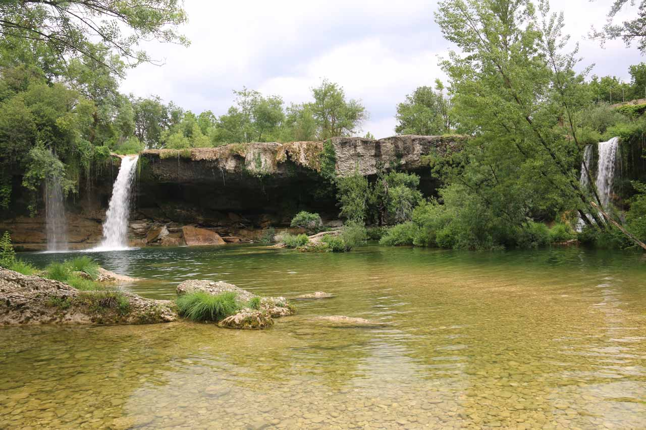 Direct look at the Cascada de Pedrosa de Tobalina from its base and wide pool
