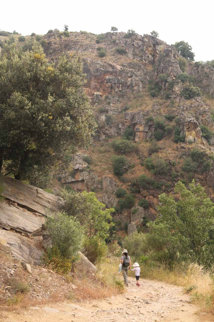 Julie and Tahia continuing the descent to the brink of Pozo de los Humos