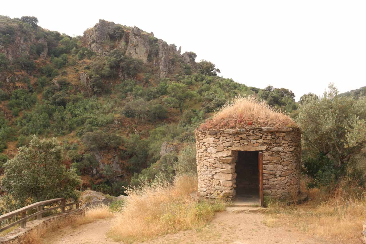 A hut near the brink of Pozo de los Humos