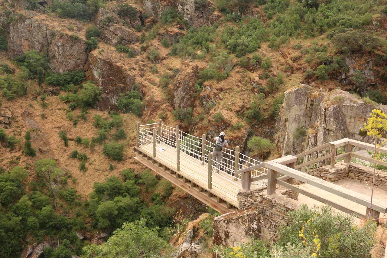 The overhanging mirador of Pozo de los Humos from the Masueco side