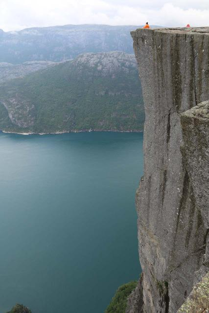 The sheer vertical drop off one side of Preikestolen