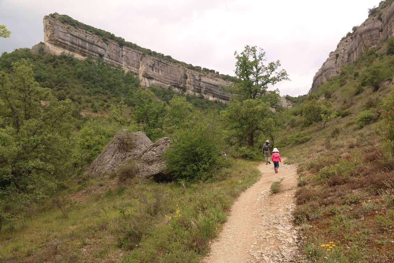 Julie and Tahia walking towards Cascada La Mea with some nice cliff formations surrounding the trail